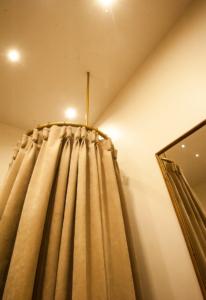 Création cabine et tissu plissé, tringle suspendue- Sandrine Gauquier architecte d'intérieur - Projet rue Général Périer