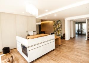 conception banque d'Accueil, normes PMR, marbre, bois noble - Sandrine Gauquier architecte d'intérieur - Projet Tissot