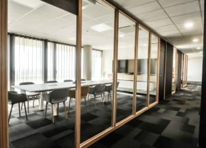 Cloison vitrée en chêne clair sur mesure, grande porte pleine hauteur stratifié mat, Sandrine Gauquier architecte d'intérieur - Projet Office Notarial