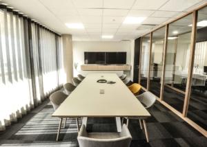 Salle de réunion 12 personnes, aménagée pour visioconférence, création de l'ensemble du mobilier, Sandrine Gauquier architecte d'intérieur - Projet Office Notarial