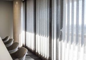 Rideaux pose wave en plafond, éditeur tissu français, choix de coloris zen selon charte graphique, Sandrine Gauquier architecte d'intérieur - Projet Office Notarial