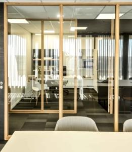 Prédominance du verre pour des lieux de travail en second jour lumineux, rainurage des montants bois des parois vitrées , Sandrine Gauquier architecte d'intérieur - Projet Office Notarial