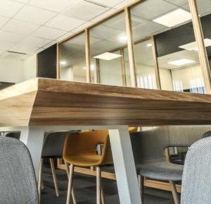 Table salle de réunion personnalisée 3,5m x 1,20m, finition aile d'avion, chêne massif, bloc prises électriques encastrable, Sandrine Gauquier architecte d'intérieur - Projet Office Notarial